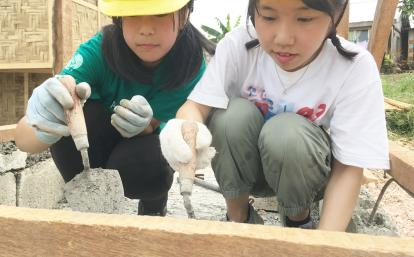 フィリピンでトイレ建設に取り組む日本人高校生ボランティアたち